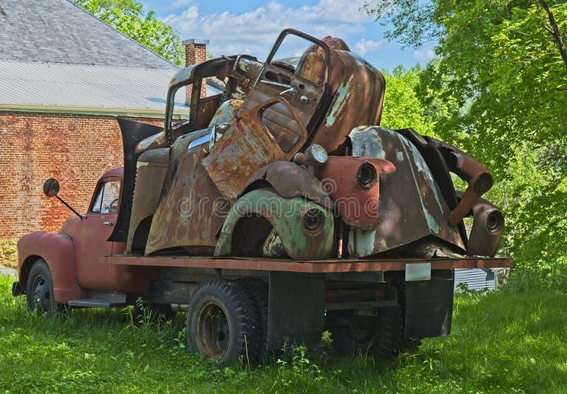 有老汽车零件的葡萄酒卡车 库存照片