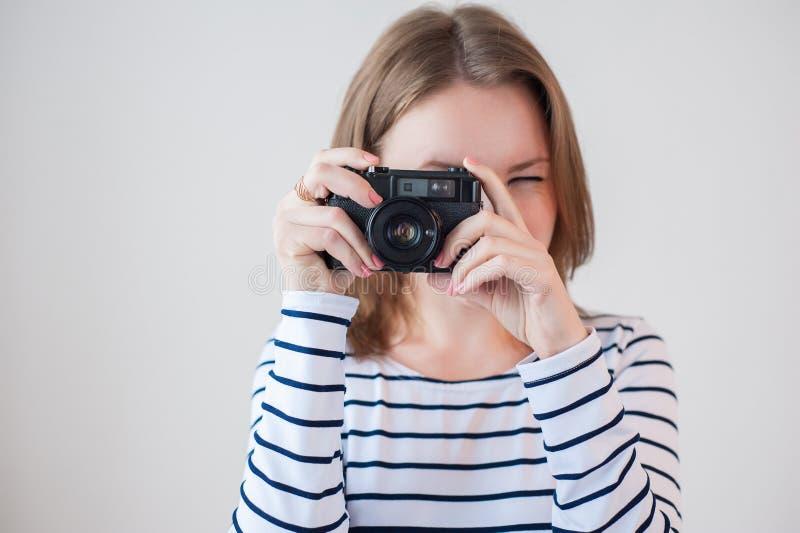 有老照相机的女孩 免版税库存照片