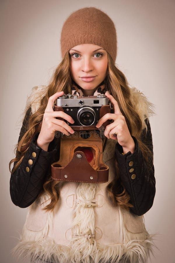 有老照相机的时兴的女孩 免版税库存图片