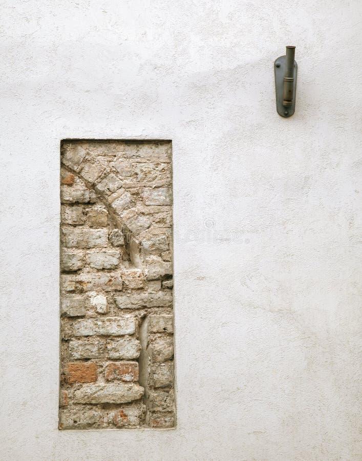 有老石制品遗骸的涂灰泥的墙壁  库存照片