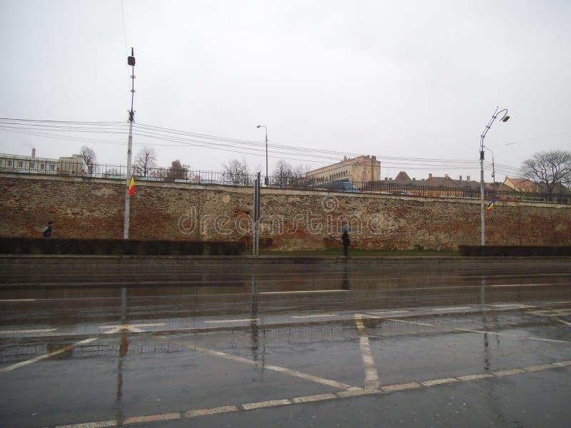 有老石墙的一条湿街道在锡比乌 免版税库存图片