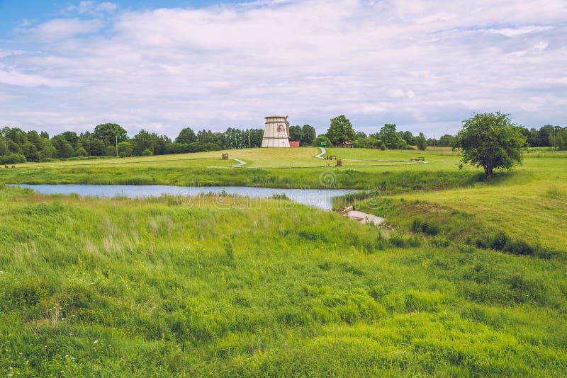 有老磨房的湖在Dunte,拉脱维亚 Munchausen男爵博物馆 免版税库存照片