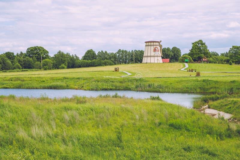 有老磨房的湖在Dunte,拉脱维亚 Munchausen男爵博物馆 免版税库存图片