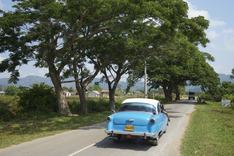 有老美国汽车的古巴乡下公路 库存照片