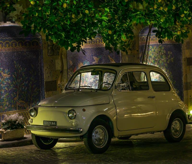 有老菲亚特汽车的陶瓷砖墙壁在索伦托阿马尔菲海岸意大利 库存图片