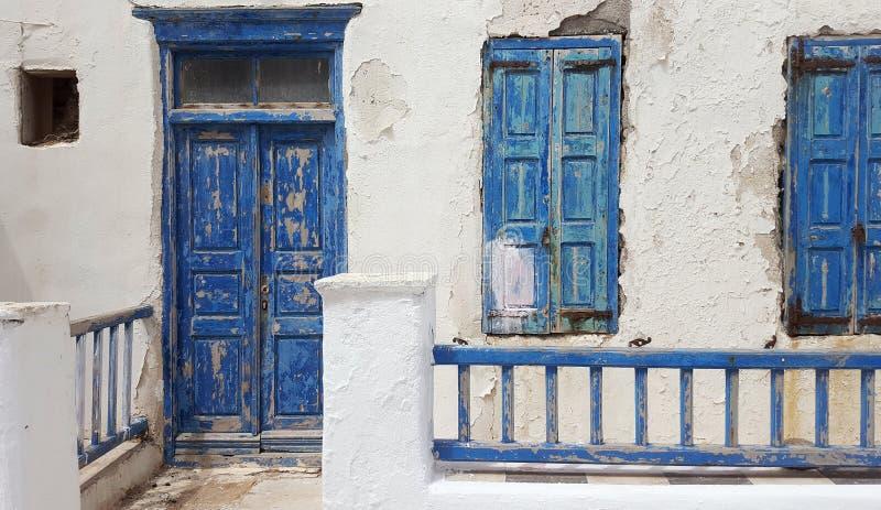 有老蓝色门和窗口的老房子 免版税库存照片