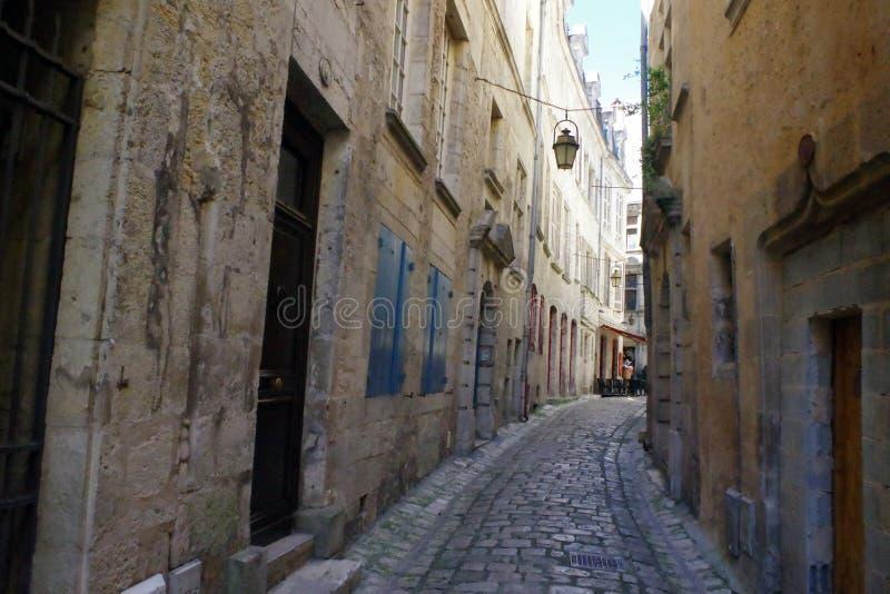 有老路面的古色古香的狭窄的街道从中世纪期间 免版税库存图片
