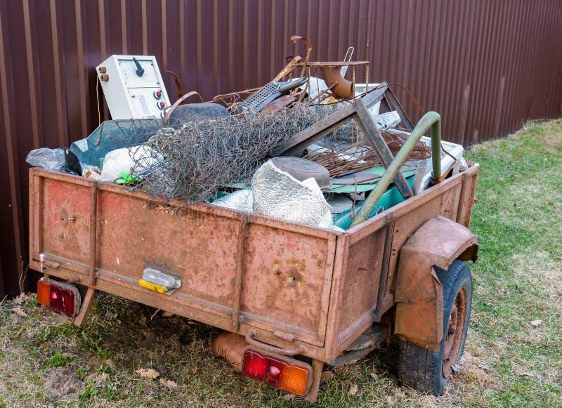 有老金属的老拖车回收的 免版税库存照片