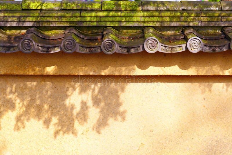 有老铺磁砖的屋顶的墙壁 库存照片