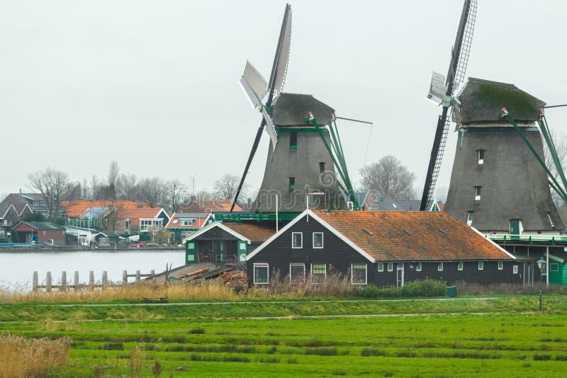 有老风车的历史的荷兰村庄和河环境美化 库存图片