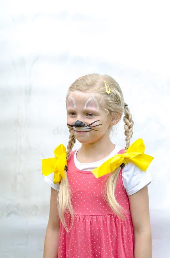 有老鼠面孔绘画的微笑的女孩  库存照片