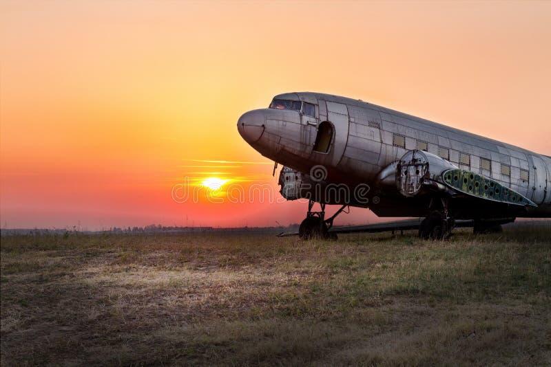 有老,生锈的飞机和老直升机的航空博物馆贝尔格莱德 免版税库存照片