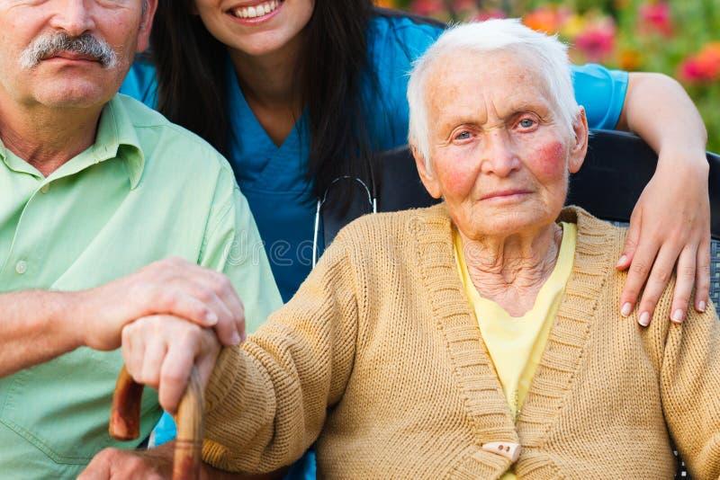 有老年痴呆症的年长夫人 免版税库存图片