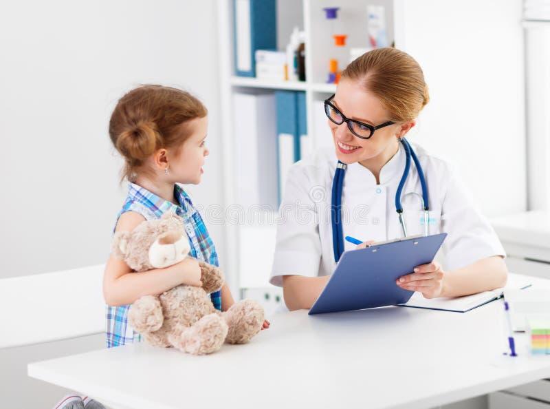 有耐心儿童女孩的友好的愉快的医生儿科医生 库存照片
