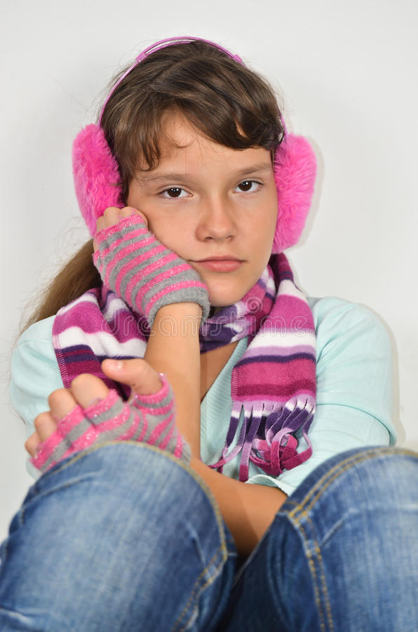 有耳朵笨拙的人和修整的手套的严重的女孩 免版税图库摄影