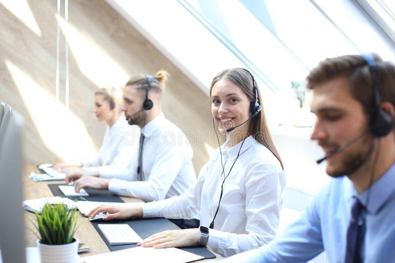 有耳机和微笑的女性用户支持操作员 免版税库存照片