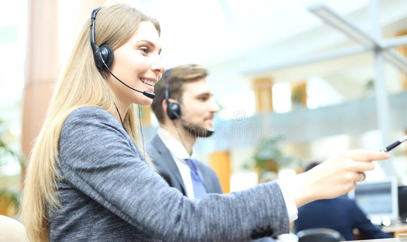 有耳机和微笑的女性用户支持操作员 免版税库存图片