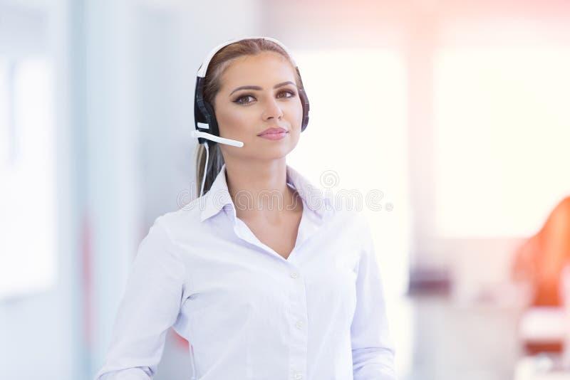 有耳机和微笑的女性用户支持操作员 库存照片