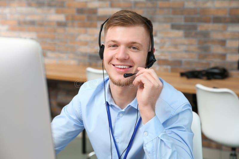 有耳机工作的技术支持操作员 库存照片