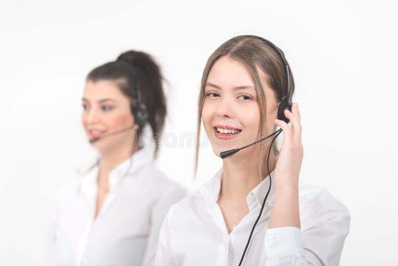 有耳机的女性咨询的经理在轻的背景 免版税库存图片