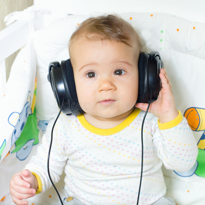有耳机的婴孩 免版税库存图片