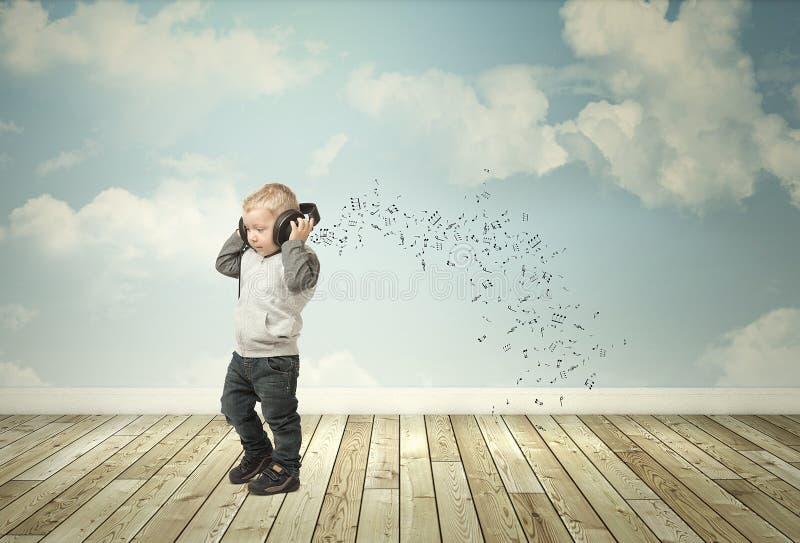 有耳机的小孩 免版税库存照片