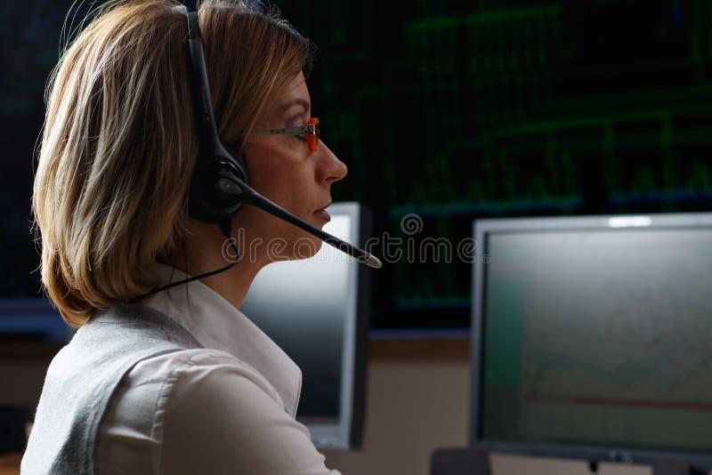 有耳机的操作员在力量分布控制中心 图库摄影
