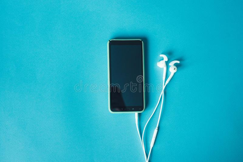 有耳机的智能手机有拷贝空间的 图库摄影