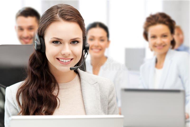 有耳机的热线服务电话操作员在电话中心 免版税库存图片