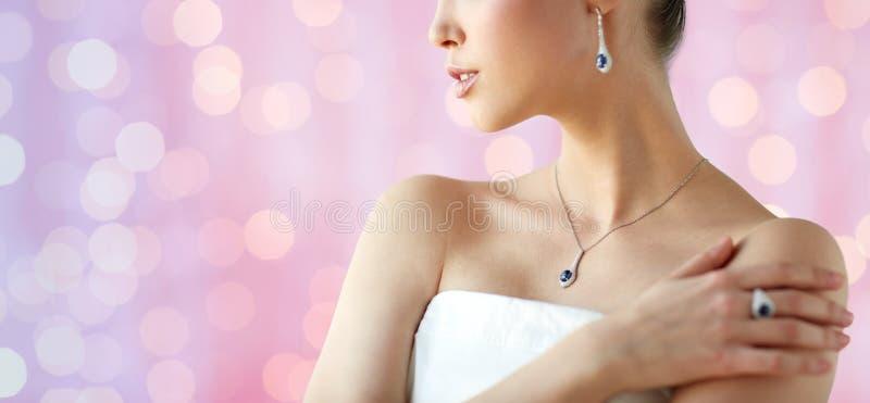 Download 有耳环、圆环和垂饰的美丽的妇女 库存图片. 图片 包括有 项链, 消耗大, 别致, 风土化, 典雅, 有吸引力的 - 72350123