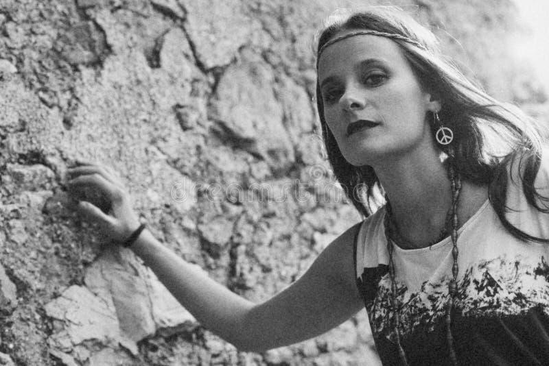 有耳环嬉皮和平标志的女孩,做不是爱战争 Photog 免版税库存照片