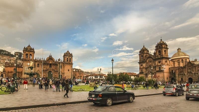 有耶稣会和在左边的库斯科大教堂的教会的阿马斯广场在右边的 库存图片