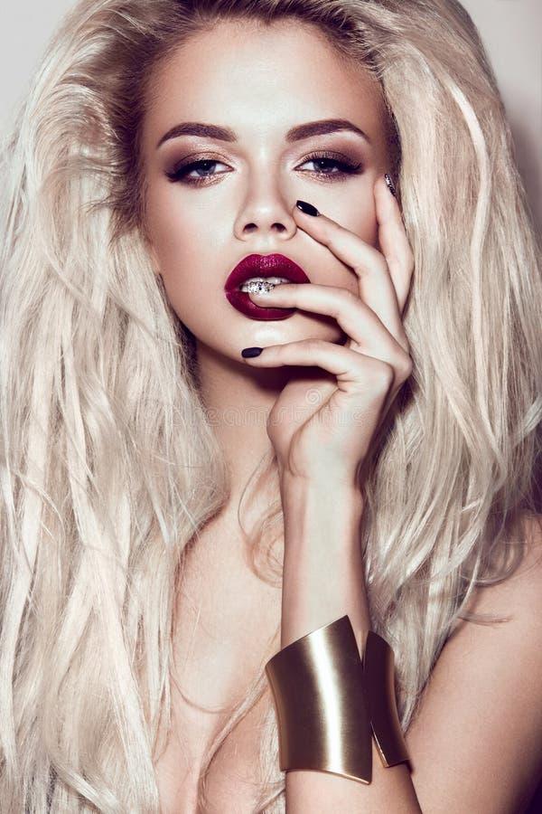 有肉欲的嘴唇的美丽的性感的白肤金发的女孩 免版税库存图片