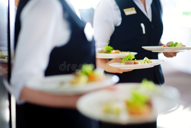 有肉盘的侍者运载的板材在某一欢乐事件 库存照片