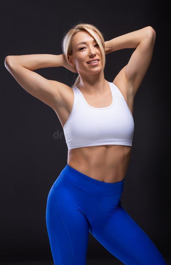 有肌肉姿势的金发美女 健身概念 库存图片