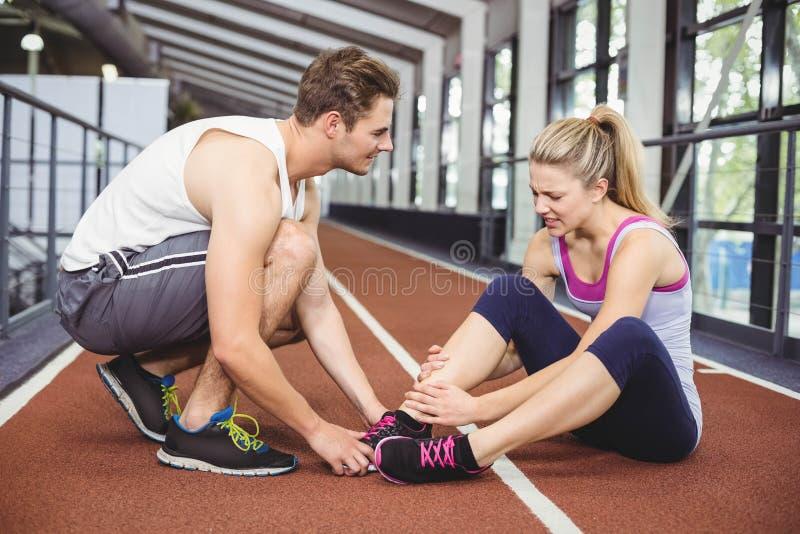 有肌肉的妇女脚踝受伤 库存图片