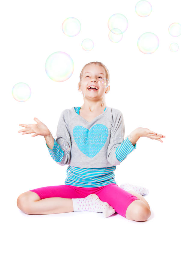 有肥皂泡的愉快的小女孩 免版税库存图片