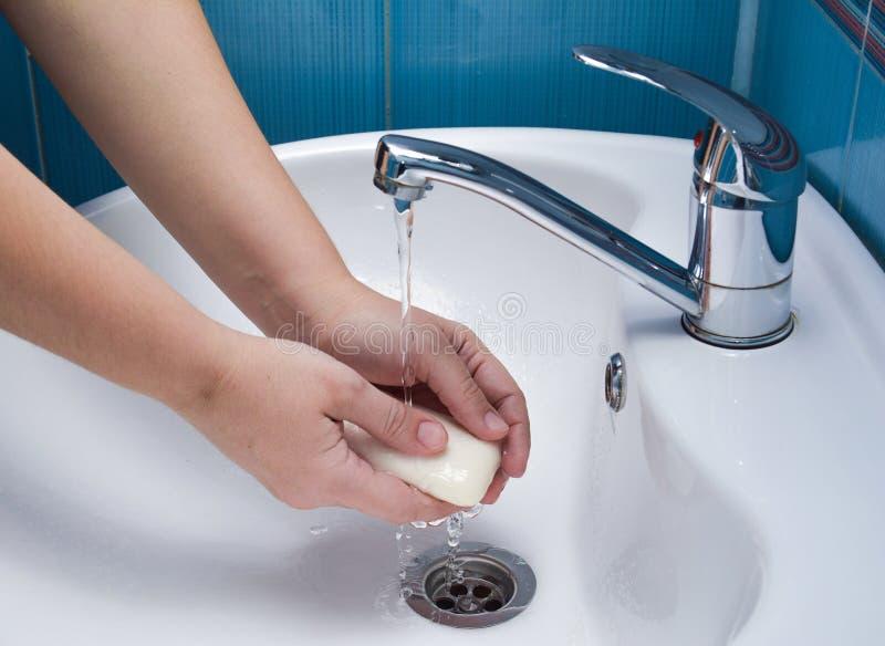 有肥皂的洗涤手在吃前 免版税库存照片