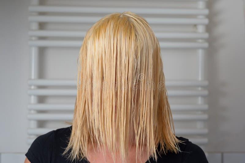 有肩膀长度湿头发的白肤金发的妇女 免版税库存照片