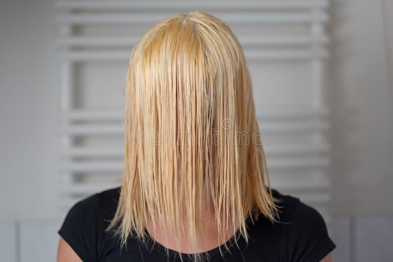有肩膀长度湿头发的白肤金发的妇女 图库摄影