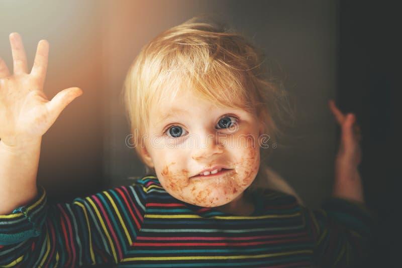 有肮脏的嘴的滑稽的小女孩 库存照片