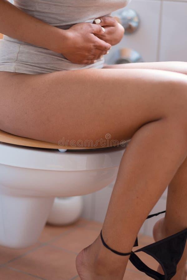 有胃痉挛的年轻女人 免版税图库摄影