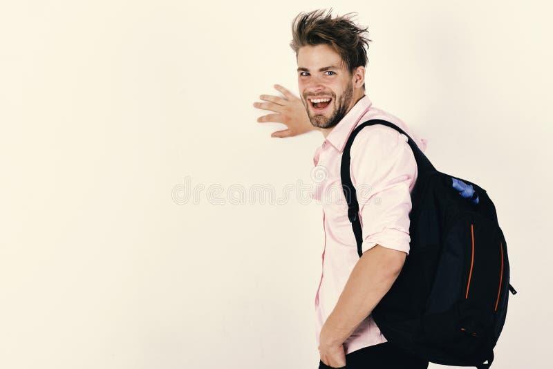 有背包和愉快的面孔的人 走在演播室的年轻人背包徒步旅行者 免版税库存图片