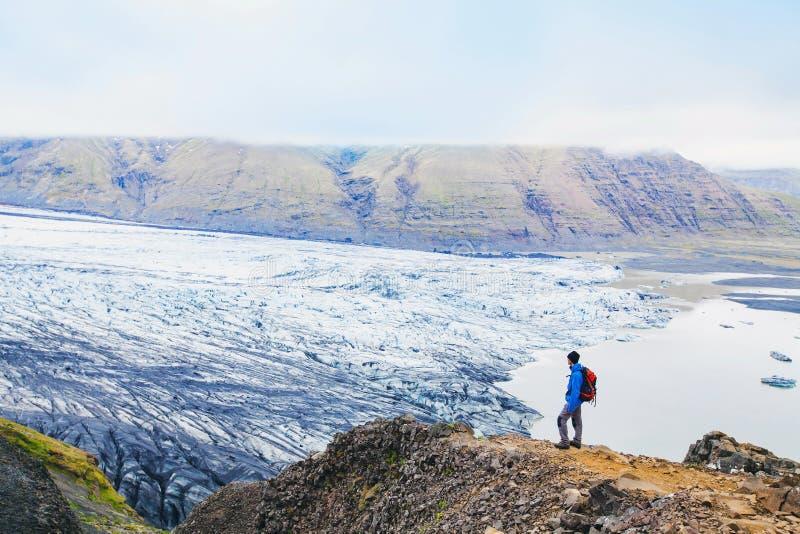 有背包和风景风景的远足者 库存照片