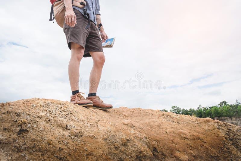 有背包放松的年轻人旅客室外与岩石mou 免版税库存图片