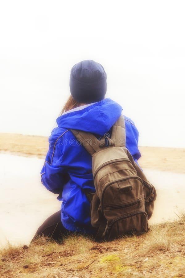 有背包旅行的远足的妇女 生活方式冒险概念森林和湖背景活跃假期到狂放里 Tr 免版税库存图片