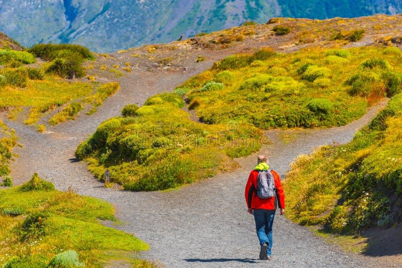 有背包的一个人攀登山,百内国家公园,巴塔哥尼亚,智利,南美洲 复制文本的空间 免版税库存照片