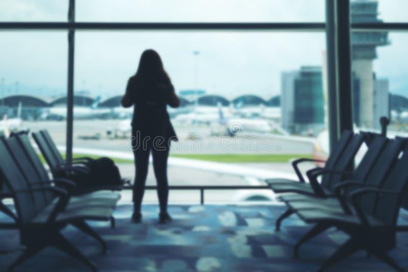 有背包的一个妇女旅客在机场 图库摄影