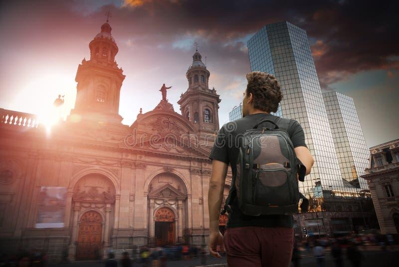 有背包的一个旅客 智利圣地亚哥 图库摄影