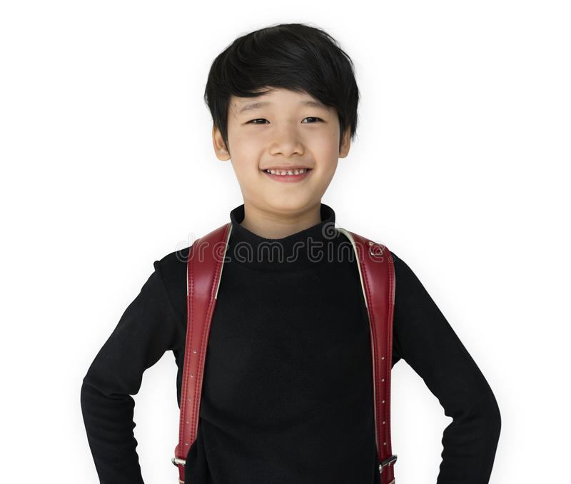有背包的亚裔种族男孩微笑着 库存图片